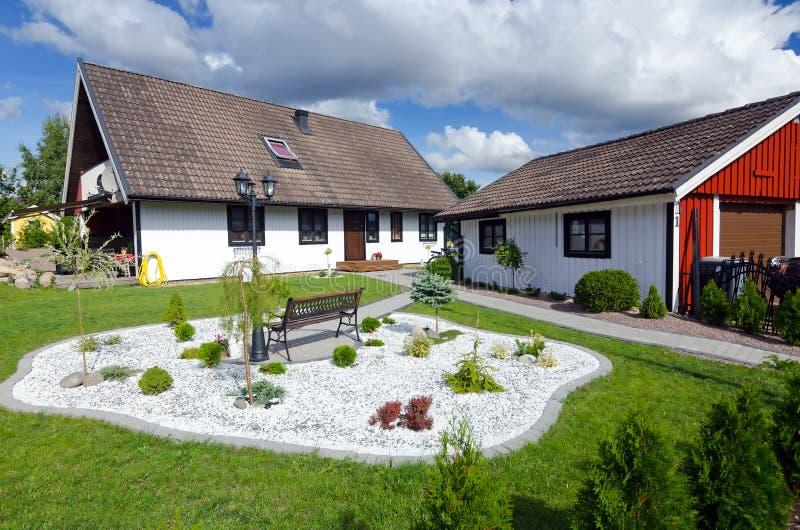 Casa svedese con il giardino moderno fotografia stock for Giardino moderno