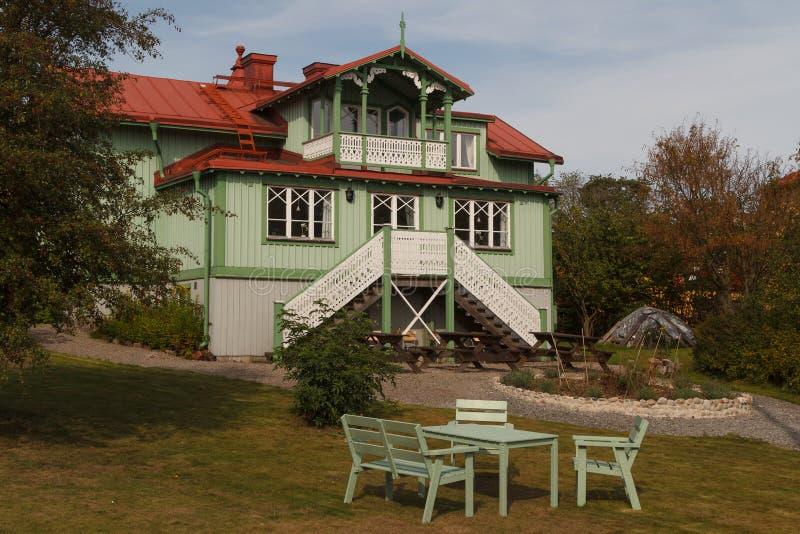 Casa svedese tipica nel villaggio di Oxelosund immagine stock