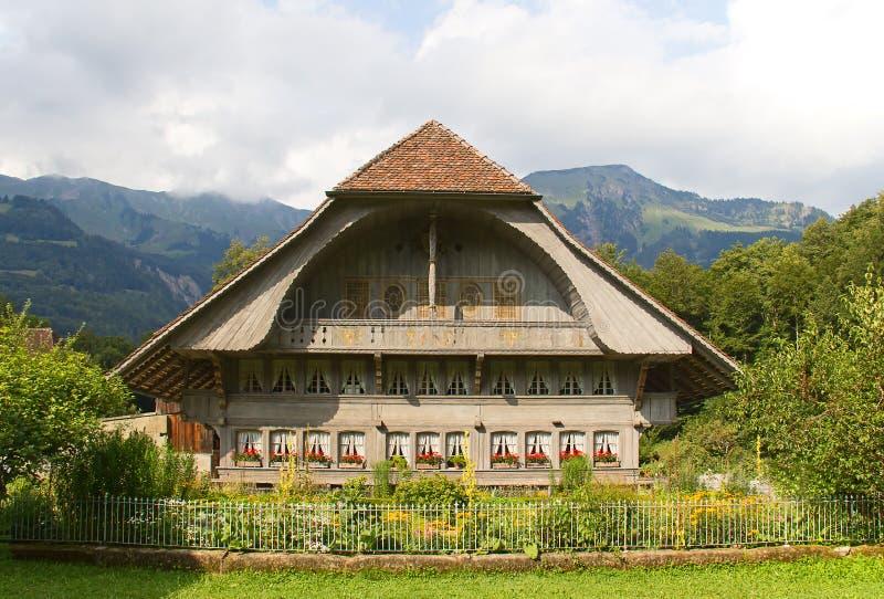 Casa svizzera tradizionale dell'azienda agricola fotografia stock libera da diritti