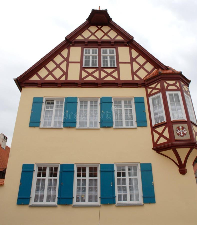 Casa típica con el erker en la ciudad de Nordlingen en Alemania imagenes de archivo