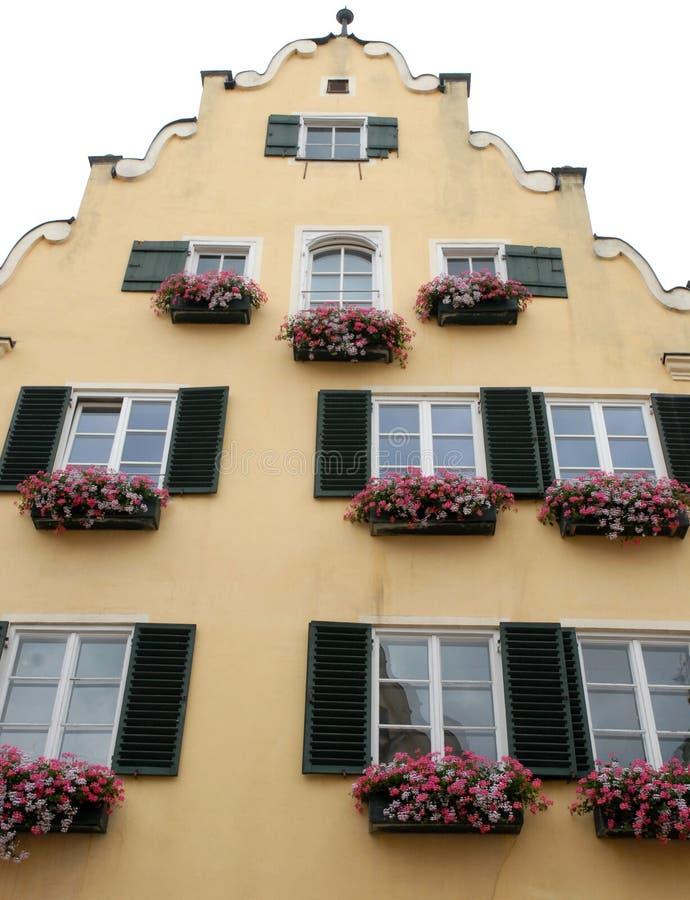 Casa típica con las flores en la ciudad de Nordlingen en Alemania fotografía de archivo