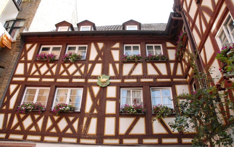 Casa típica con muchas flores en Maguncia en Alemania fotos de archivo libres de regalías