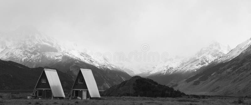 Casa típica do patagonia do EL Chalten da aldeia da montanha pequena fotos de stock royalty free