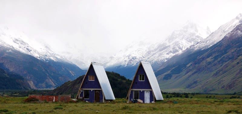 Casa típica do patagonia do EL Chalten da aldeia da montanha pequena fotos de stock
