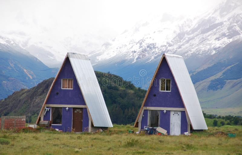 Casa típica do patagonia do EL Chalten da aldeia da montanha pequena foto de stock