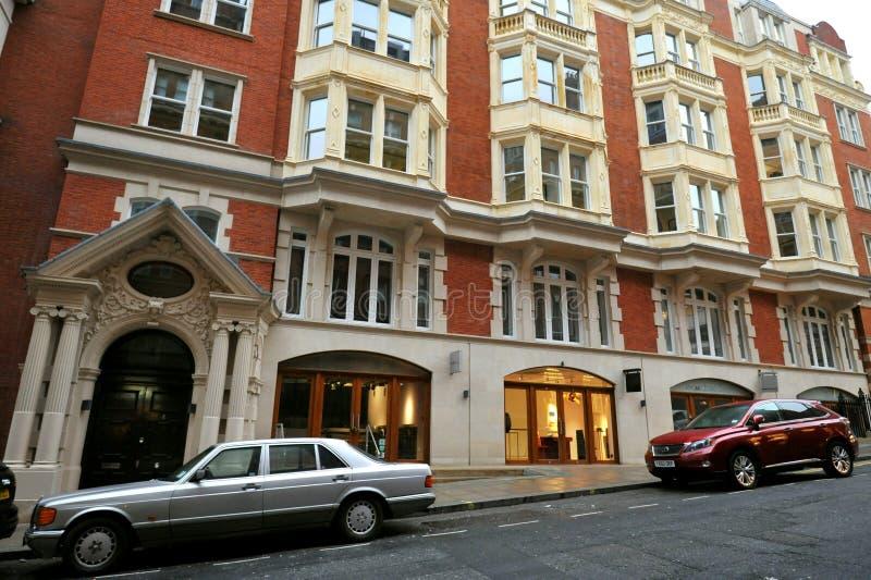 Casa típica em Mayfair London com carros de luxo imagens de stock