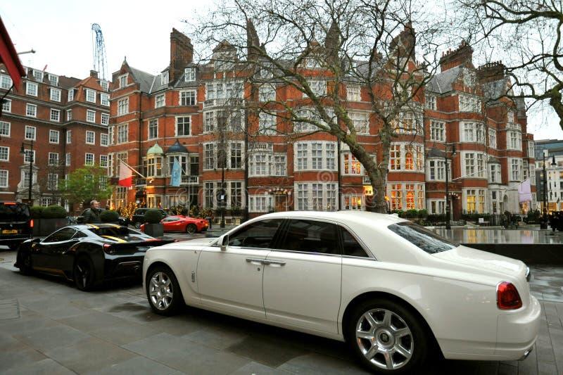 Casa típica em Mayfair London com carros de luxo imagens de stock royalty free