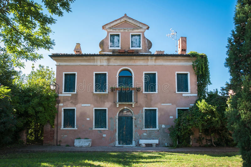 Casa típica en el estilo veneciano abandonado en el countr veneciano fotografía de archivo libre de regalías