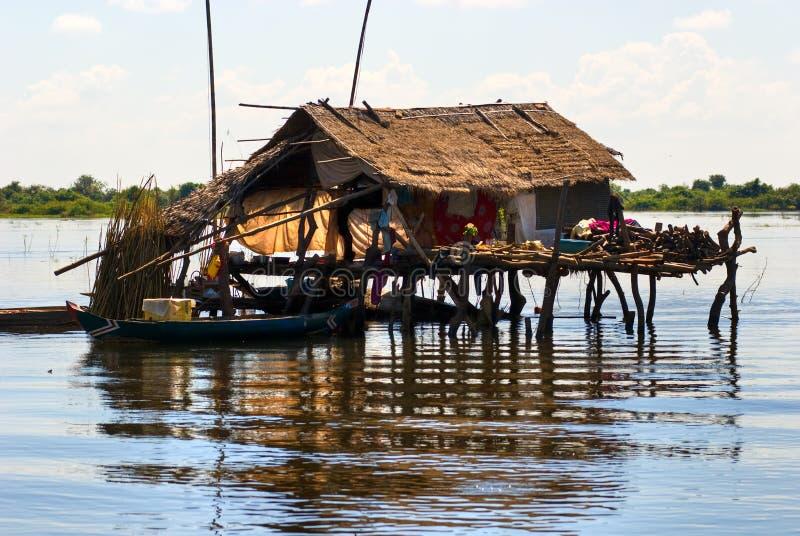 Casa típica en el lago de la savia de Tonle, fotografía de archivo