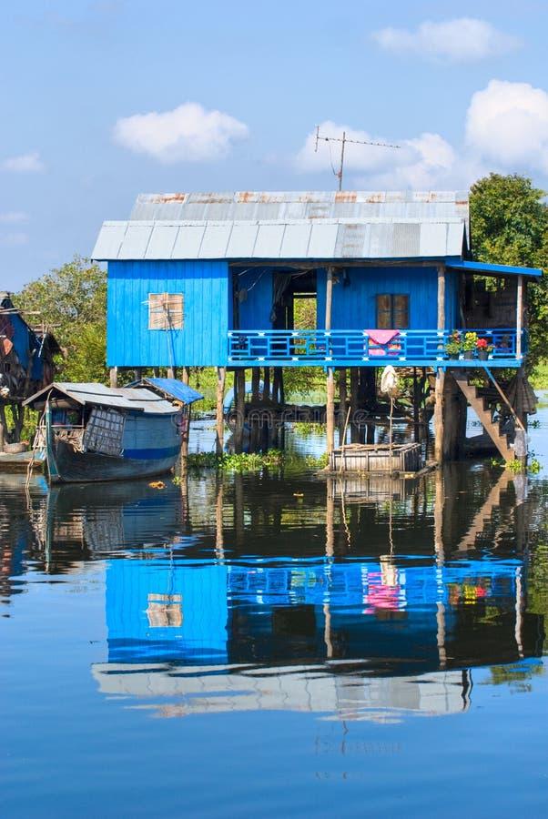 Casa típica no lago da seiva de Tonle. Cambodia imagem de stock royalty free