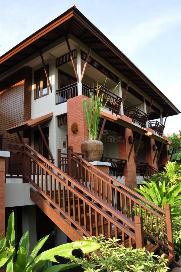 A casa tailandesa moderna do estilo ajustou-se entre a vegetação magnífica imagem de stock