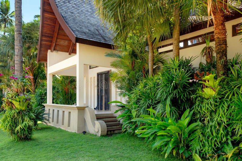 Casa tailandese con le palme fotografia stock