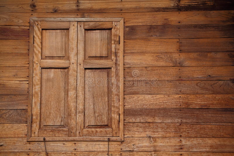 Casa tailandese di stile con le finestre e la parete di legno del tek immagini stock libere da diritti