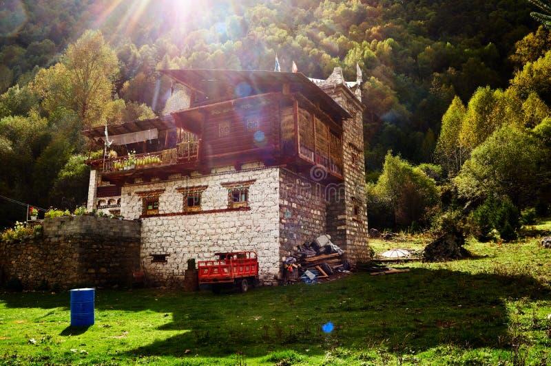 Casa tibetana sob a luz do sol foto de stock
