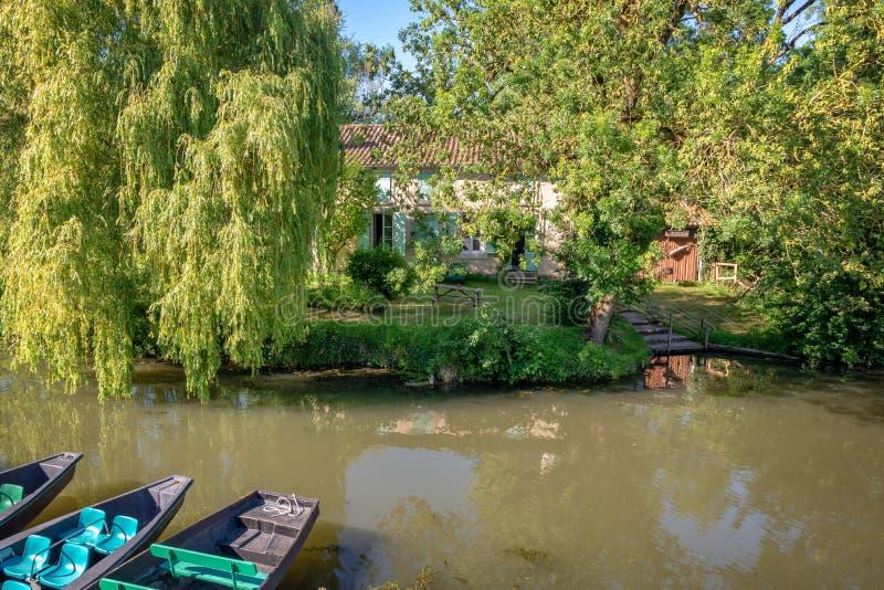 Casa tipica con un pilastro della barca in Marais Poitevin Francia immagini stock libere da diritti