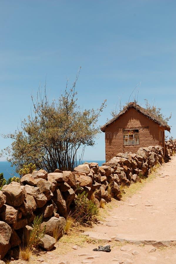 Casa tipica del fango dell'isola di Tequile sul lago Titicaca, Perù fotografia stock