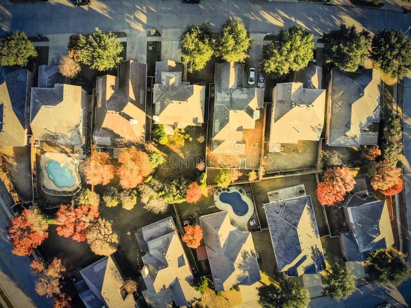 Casa tipica filtrata di vista aerea di immagine con il tetto innevato leggero nella mattina fredda di caduta immagine stock