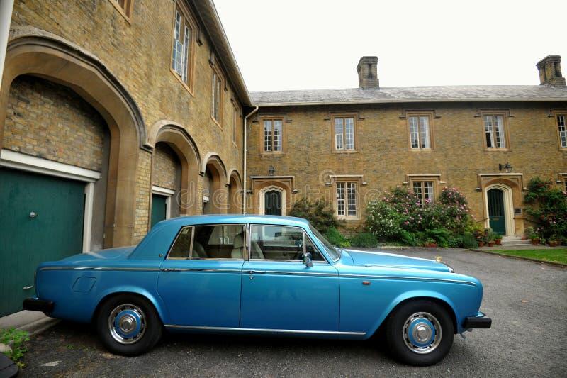 Casa tipica a Londra con l'automobile d'annata ai giardini di Charterhouse, Londra immagine stock libera da diritti