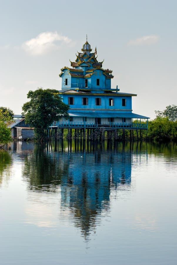 Casa tipica sulla linfa di Tonle, Battambang, cambod fotografia stock libera da diritti