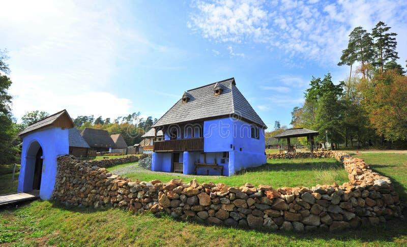 Casa tradicional azul da vila imagem de stock royalty free