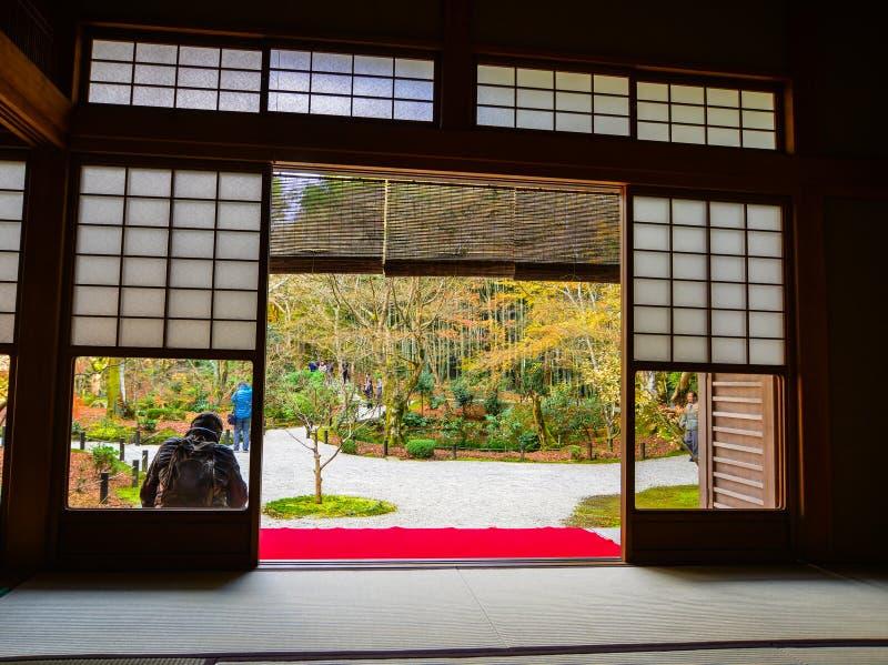Casa tradicional con el jardín del otoño fotografía de archivo libre de regalías