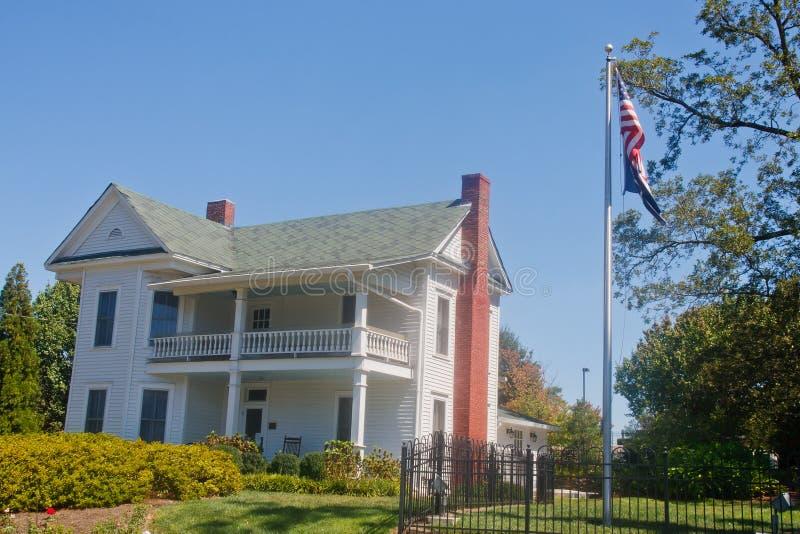 Casa tradicional da exploração agrícola da história do branco dois imagem de stock royalty free