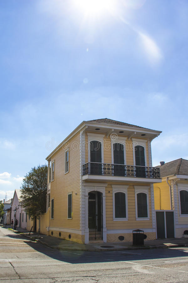 Casa tradicional de duas histórias em Nova Orleães foto de stock royalty free