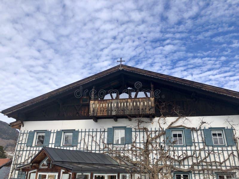Casa tradicional de la granja fotos de archivo