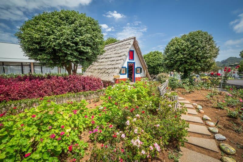 Casa tradicional de Madeira no jardim fotografia de stock royalty free