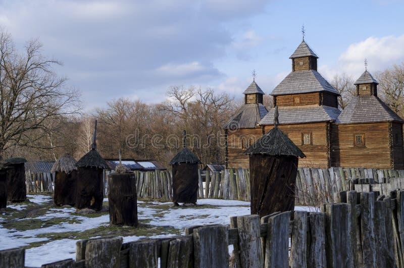 Casa tradicional de madera vieja con un tejado de la paja en el aire abierto Pirogovo del Museo Nacional ucraniano Kyiv, Ucrania fotos de archivo