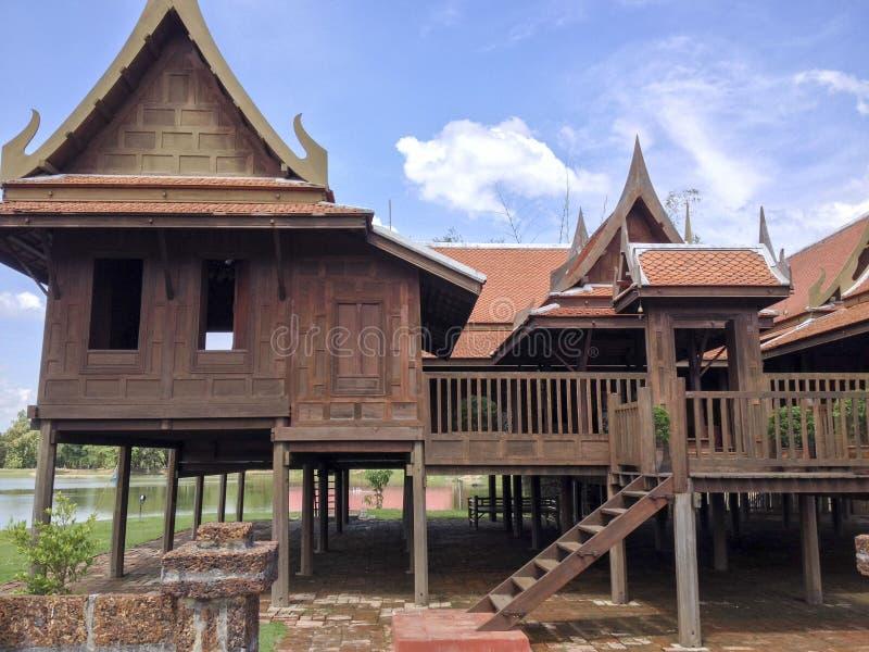 Casa tradicional de Tailândia e fundo bonito foto de stock