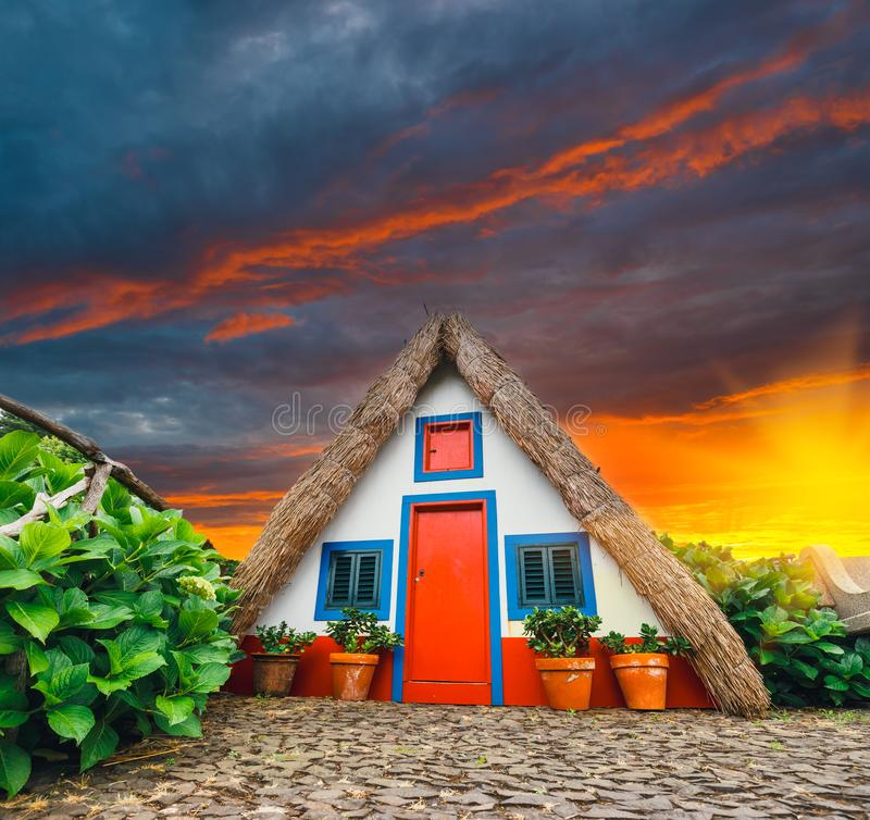 Casa tradicional do triângulo em Santana Madeira, Portugal fotos de stock