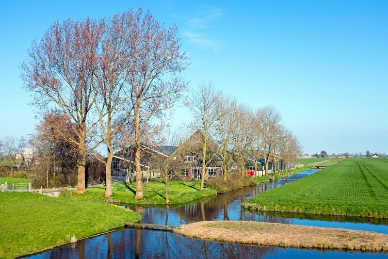 Casa tradicional dos fazendeiros em uma paisagem holandesa típica no Ne imagem de stock