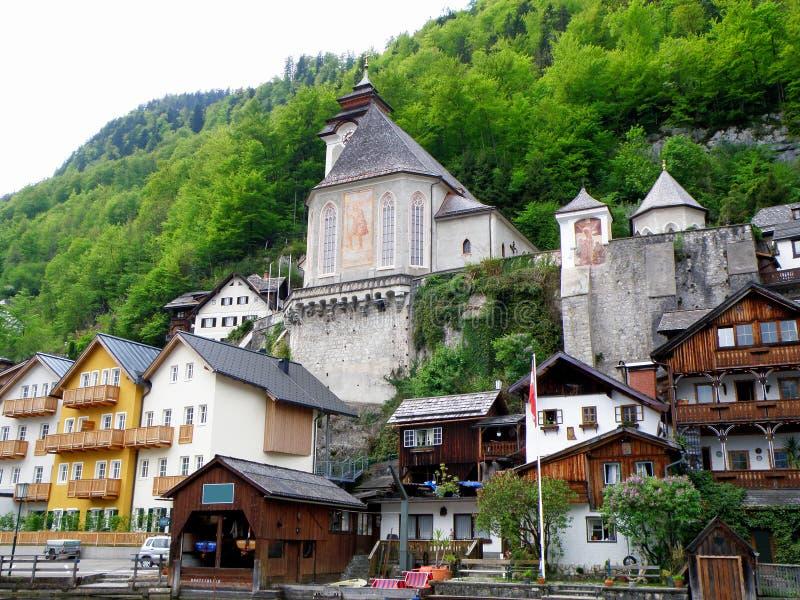 Casa tradicional imponente de la costa e iglesia hermosa en Hallstatt, Austria imagen de archivo libre de regalías
