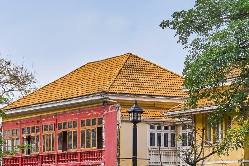 Casa tradicional velha agradável no centro da cidade de Banguecoque imagens de stock