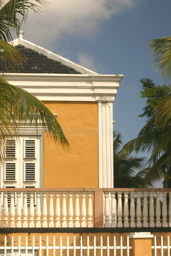 Download Casa tropical amarela imagem de stock. Imagem de marcado - 535087