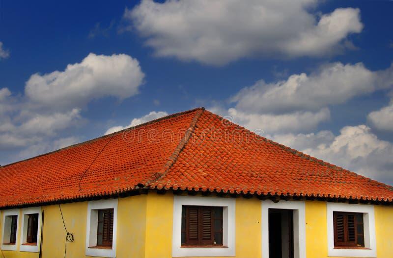 Casa tropical sob o céu azul fotografia de stock