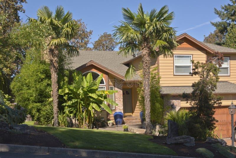 Casa tropicale con le palme ed il banano immagine stock