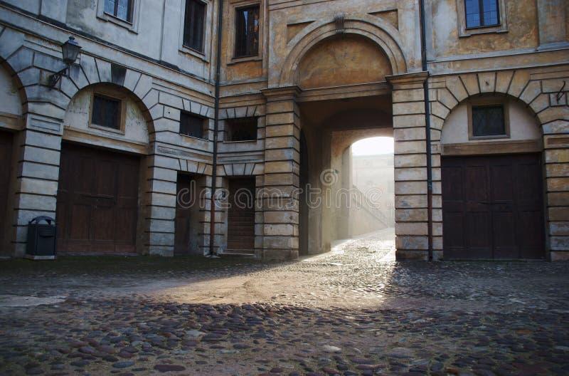 Casa urbana con il Gateway in Mantua immagini stock