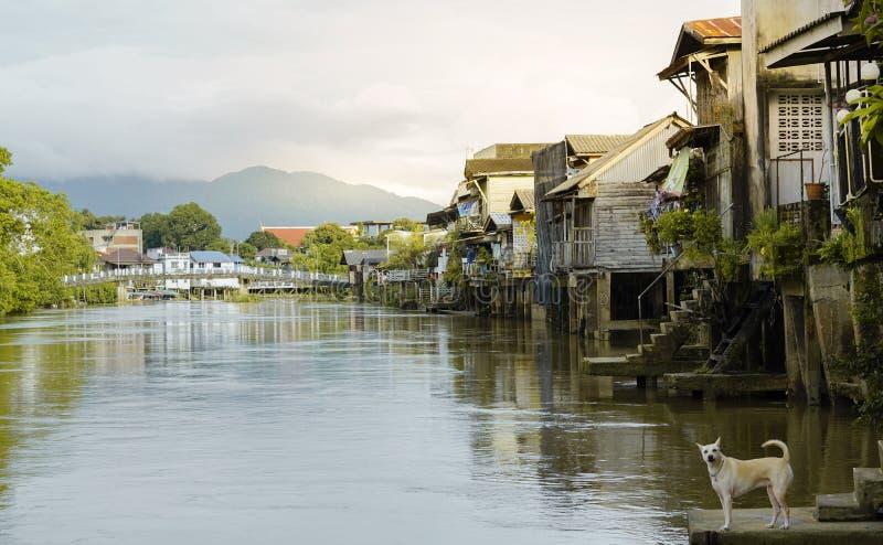 Casa urbana di lungomare sul tramonto, comunità di Chantaburi Tailandia immagini stock