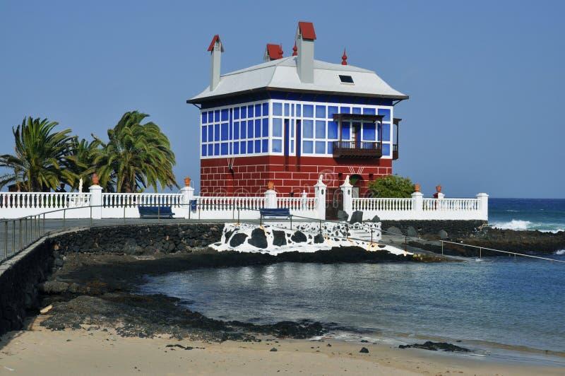 Casa variopinta isolata vicino alla spiaggia a Lanzarote, canarino I fotografia stock libera da diritti