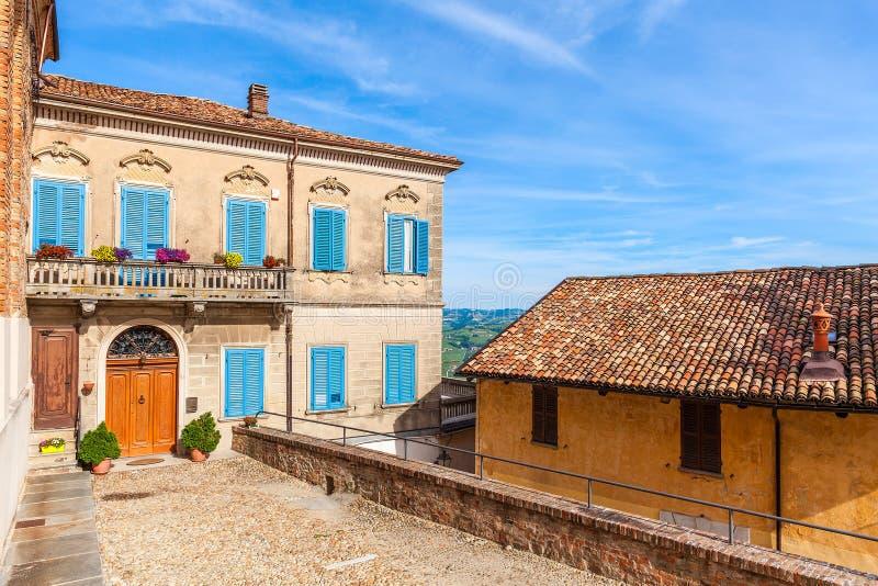 Casa variopinta in piccola città italiana immagini stock