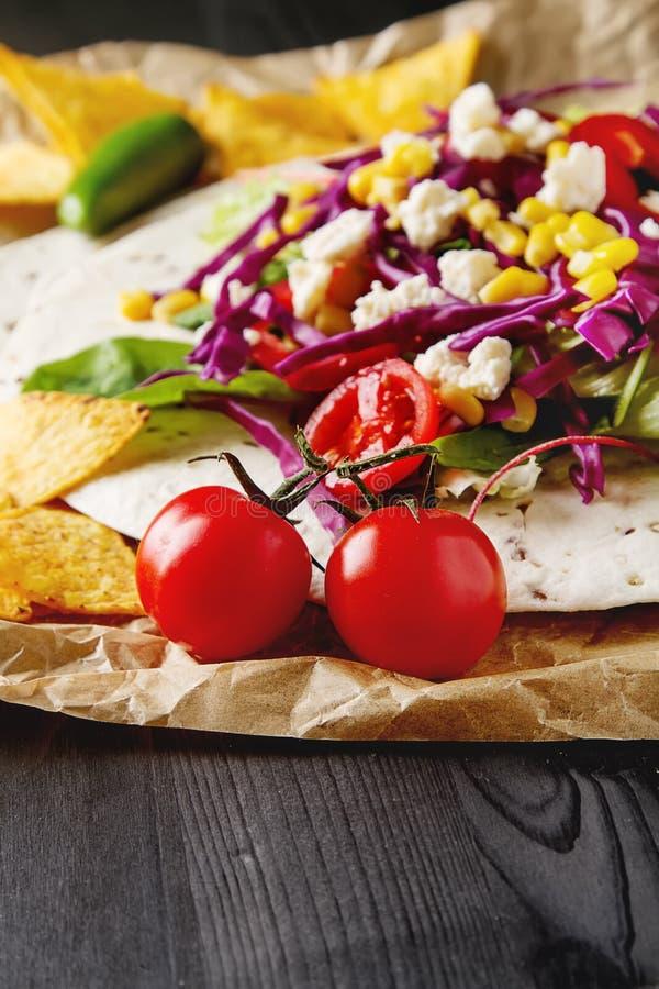 Casa vegetariana di tartilla con i pomodori, il cavolo, il formaggio e il sala immagini stock libere da diritti