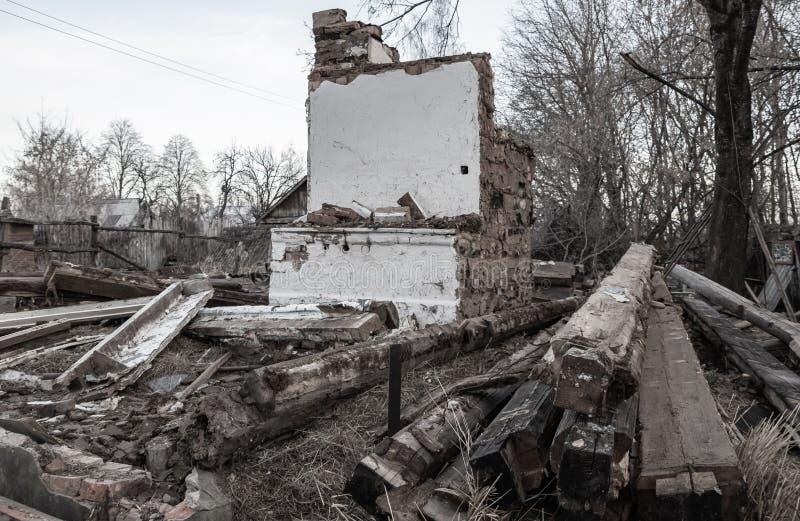 Casa velha arruinada no campo imagens de stock