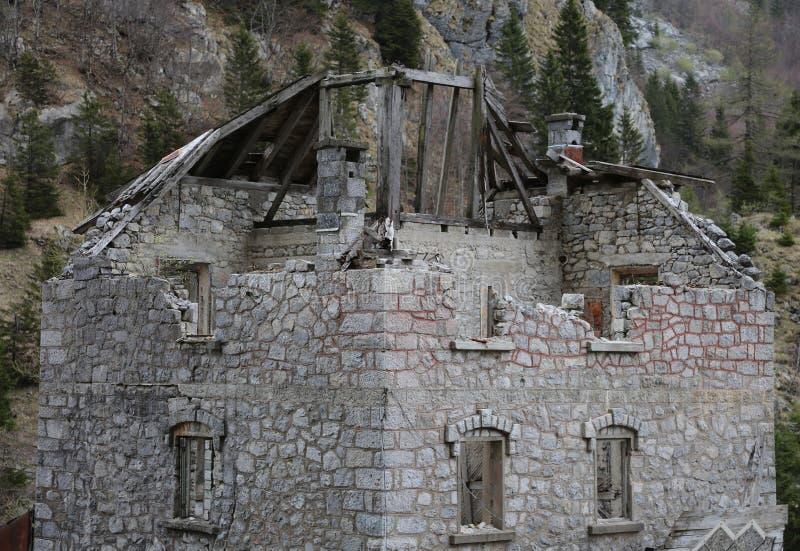Casa velha arruinada sem o telhado com as paredes de queda na montanha foto de stock royalty free
