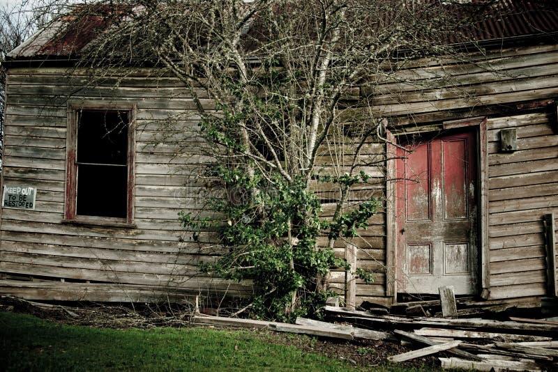 Casa velha assustador da exploração agrícola fotografia de stock royalty free