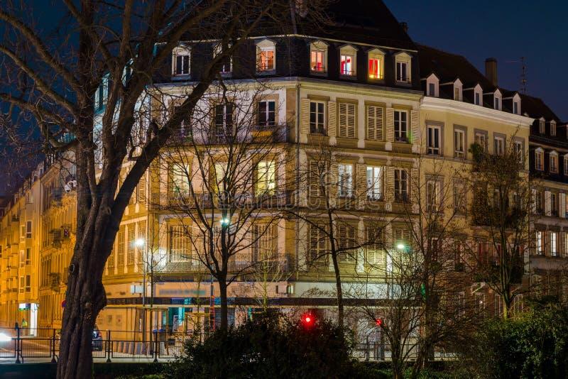 A casa velha bonita em Strasbourg, destacou na noite fotografia de stock