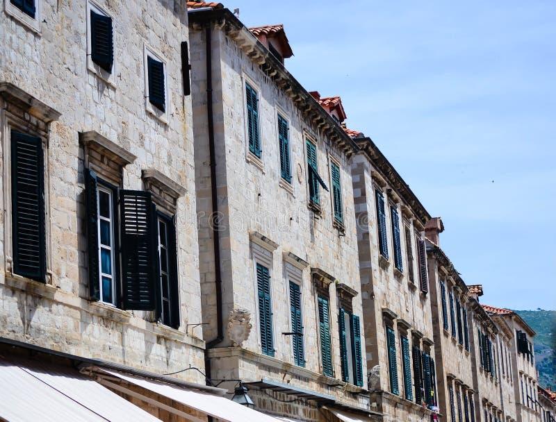 Casa velha bonita na rua de passeio principal na cidade velha de Dubrovnik foto de stock