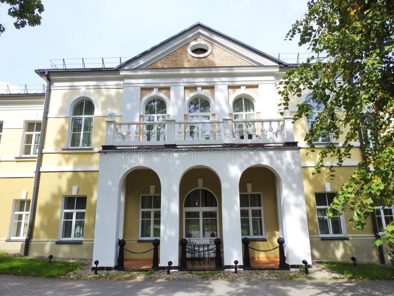 Casa velha branca bonita, Lituânia imagem de stock