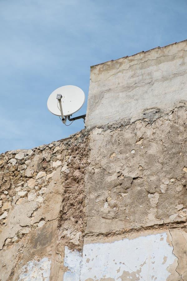 Casa velha com antena parabólica foto de stock royalty free